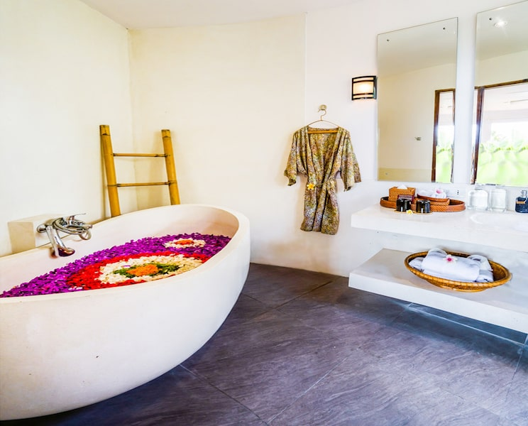 bath tub with flower petals in Bali wellness relaxation