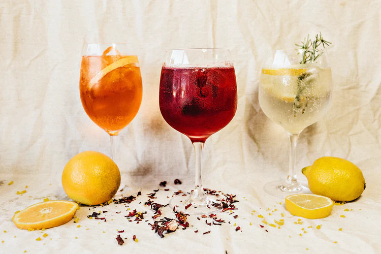gin and tonic flavors and tasting notes in glasses lemon