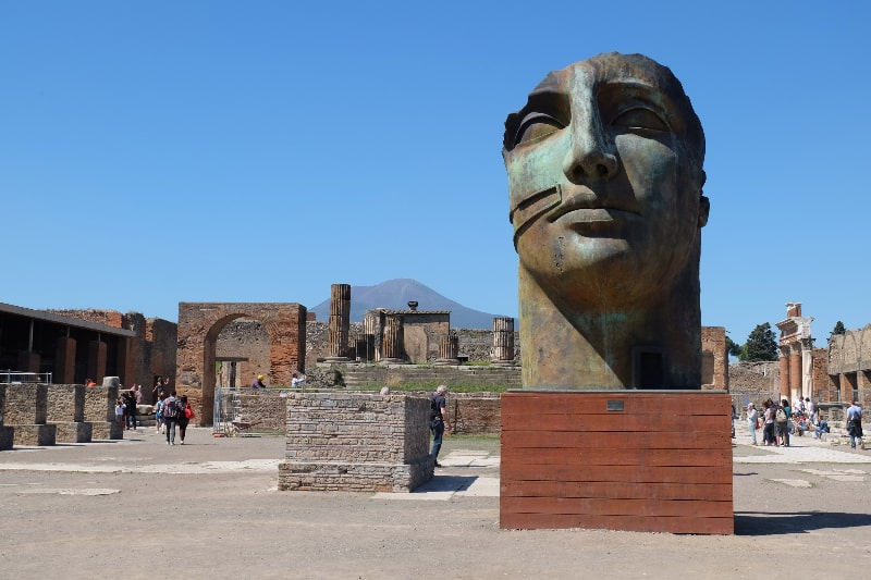 pompeii statues blue sky
